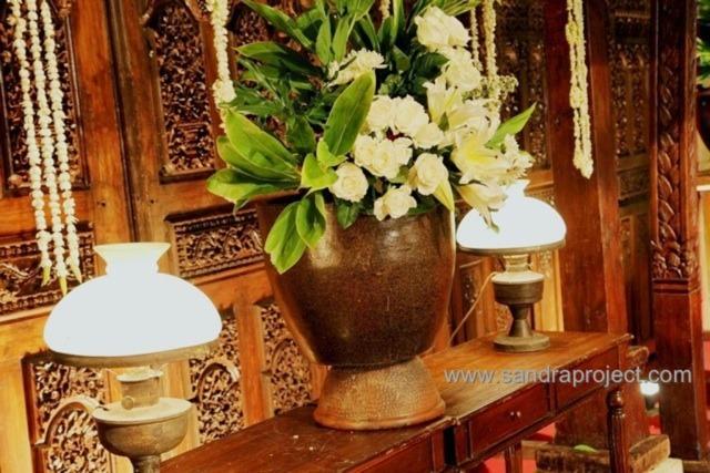 Ada beberapa unsur yang menjadi ciri khas dalam dekorasi tradisional